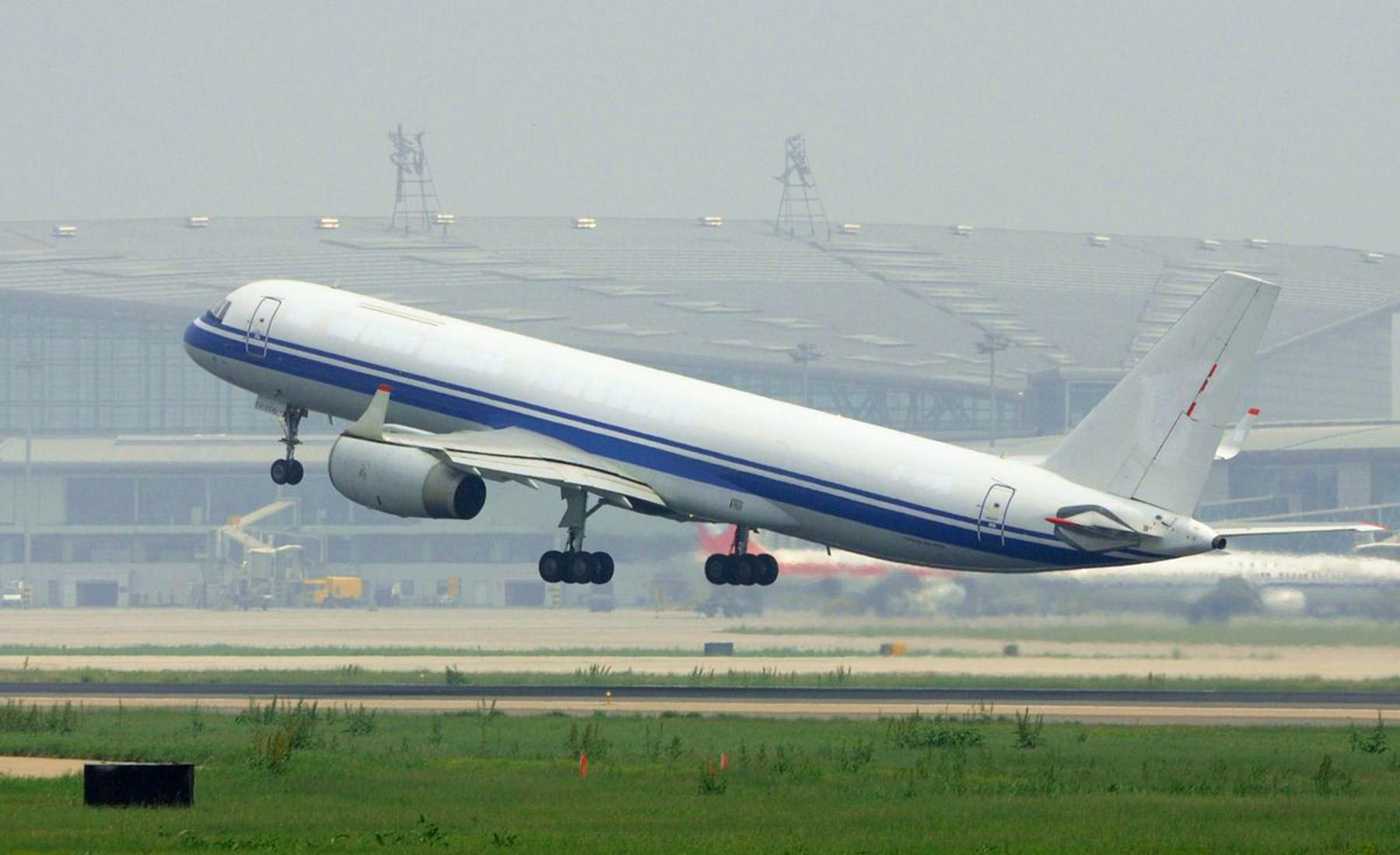 airplane-cargo-tu-204